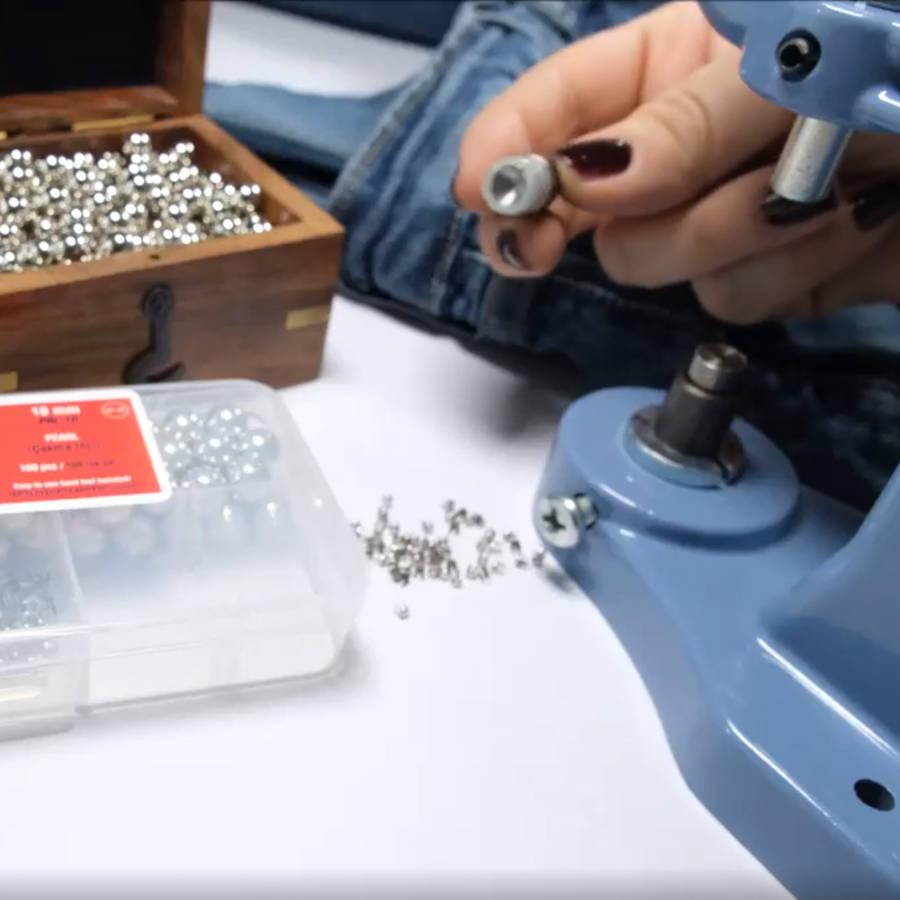 Pearl fastening dies for press machines